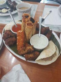 Teapa Sampler: Rodaja de tala de chipilin frito, dedos de queso poro, flautas de longaniza con yuca y de chaya con carne salda y quesadillones mini. Foto de Mariana de la Cruz