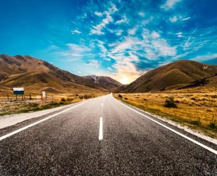 amanecer-en-la-carretera_1088-56
